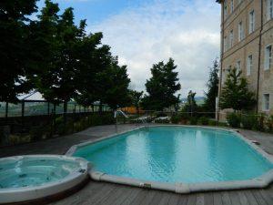 la piscina esterna del castello di montaldo