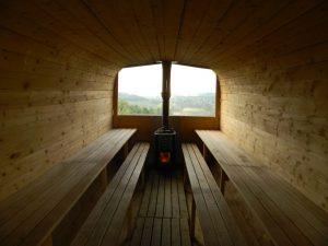 la sauna esterna in legno del castello di montaldo