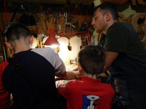 visitare la bottega di un liutaio con i bambini