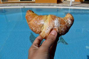 colazione a bordo piscina al b & b le quattro rose di diamante