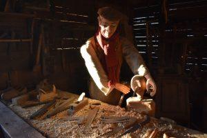 il falegname al lavoro nel presepe dei sabbioni