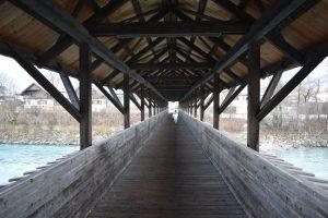 il ponte che separa il gasthof badl da hall in tirolo