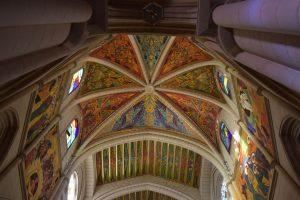 interno della cattedrale dell'almudena madrid