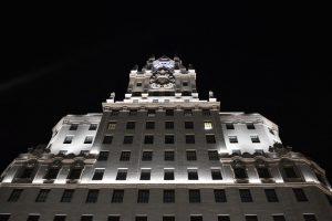 palazzo della compagnia telefonica di notte